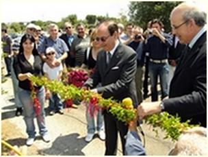 Foto taglio del nastro da parte del Prefetto di Bari