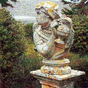 Foto di una delle statue presenti nel giardino dell'Opera Pia Basile Caramia