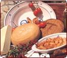 Foto di pomodori, formaggio, friselle e taralli locali