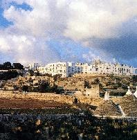 Foto panoramica con trullo nella Valle d'Itria