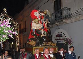 foto della statua di San Giorgio in processione