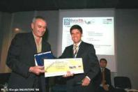 Foto della premiazione: il responsabile del servizio sistemi informativi ritira il premio