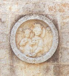 Foto della Chiesa Madonna della Catena con tondo a bassorilievo murato sulla parte esterna destra